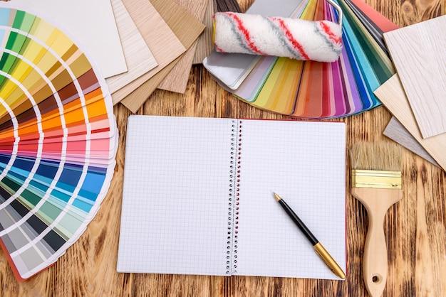 Otwórz notatnik na stole z próbką koloru i drewna