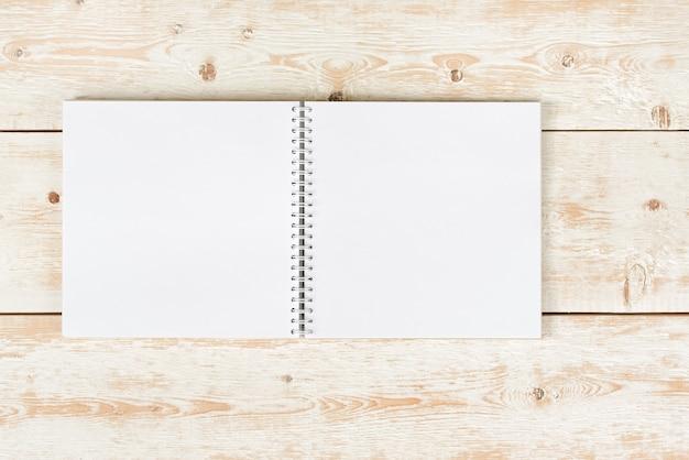 Otwórz notatnik na stole