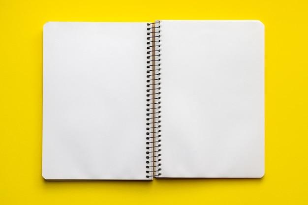 Otwórz notatnik spiralny z pustymi pustymi arkuszami