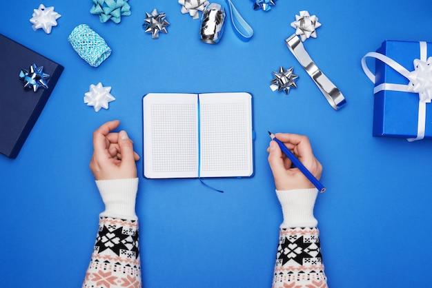 Otwórz notatnik z pustymi białymi kartkami