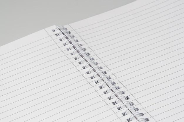Otwórz notatnik ze znacznikami na białym tle