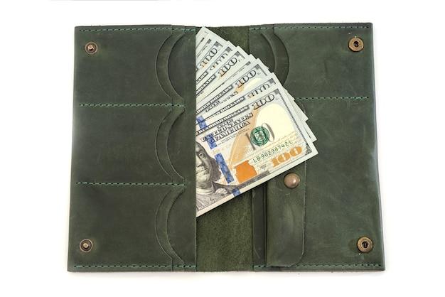 Otwórz portfel z dolarami w środku. odosobniony.