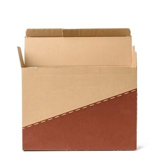 Otwórz prostokątne pudełko kartonowe wykonane z brązowego papieru falistego na białym tle