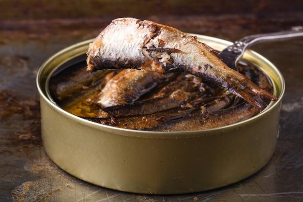 Otwórz przetwory rybne i ryby na widelcu