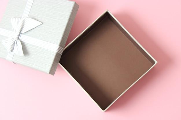 Otwórz pudełko i konfetti na kolorowym tle widok z góry