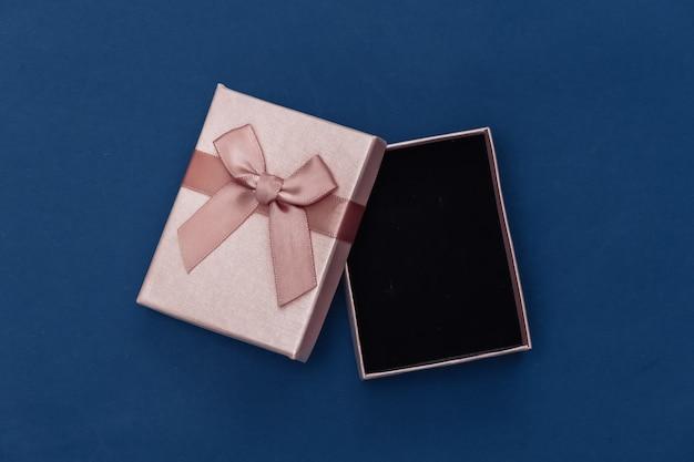 Otwórz pudełko na klasycznym niebieskim tle. kolor 2020. widok z góry