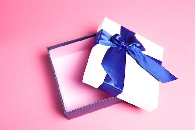 Otwórz pudełko upominkowe na różowo