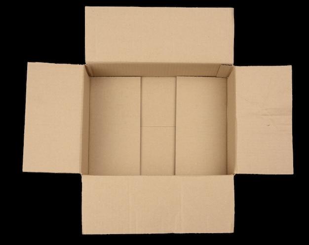 Otwórz puste brązowe prostokątne pudełko kartonowe