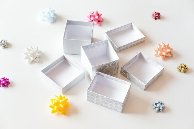 Otwórz puste pudełka na prezenty