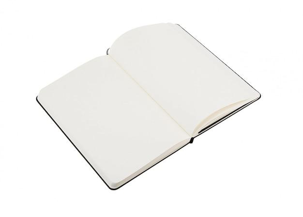Otwórz pusty notatnik na białym tle