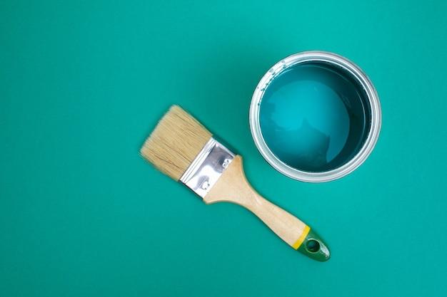 Otwórz puszkę z farbą z pędzelkiem obok