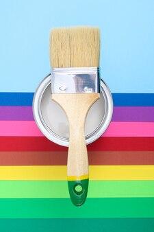Otwórz puszkę z farbą za pomocą pędzla