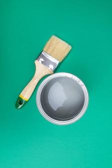 Otwórz puszki z emalią na próbkach z palety kolorów. pojęcie naprawy, budowy. odcienie turkusowej zieleni.