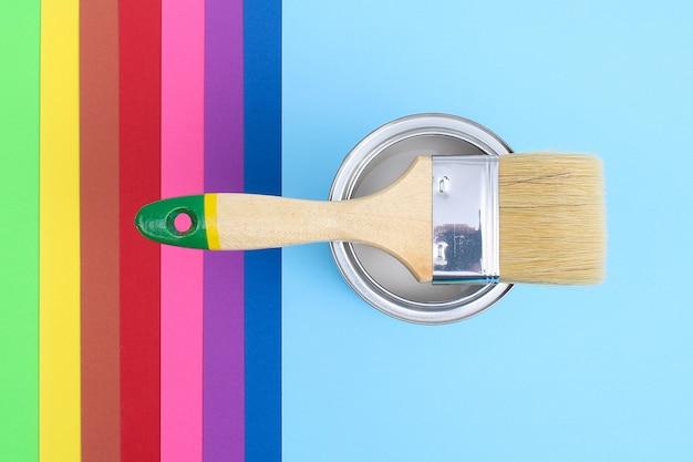Otwórz puszki z emalią na próbkach z palety kolorów.