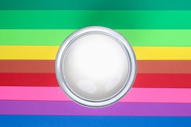 Otwórz puszki z emalią na próbkach z palety kolorów