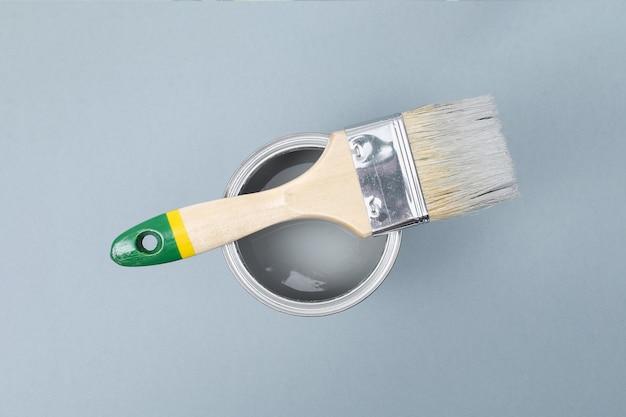 Otwórz puszki z emalią na próbkach z szarej palety