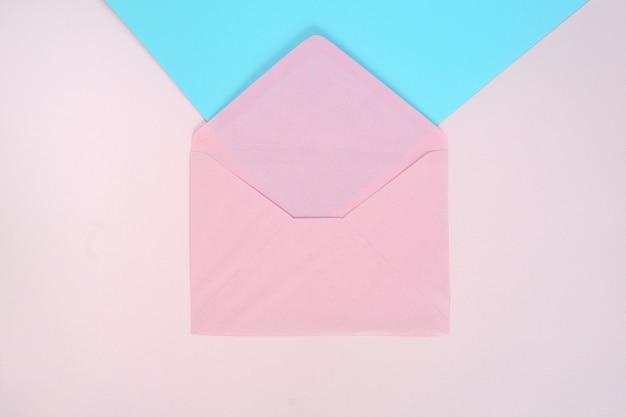 Otwórz różową kopertę w kolorze różowym i niebieskim