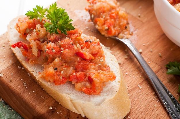 Otwórz sandwiche z sałatką z bakłażana