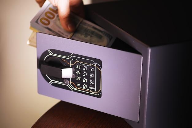 Otwórz sejf w zamożnym domu. sejf w pokoju hotelowym. koncepcja bezpiecznego przechowywania pieniędzy i dokumentów