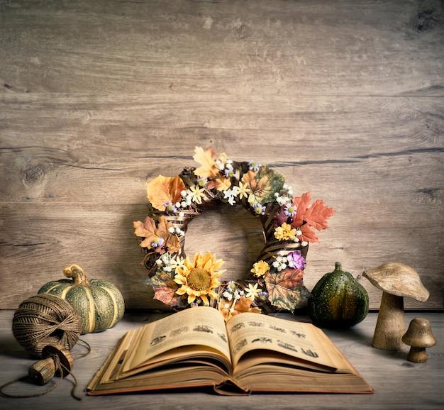 Otwórz starą starą książkę i jesienne dekoracje rustykalne
