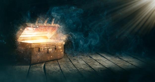 Otwórz Starożytną Skrzynię Skarbów, Która Promieniowała światłem W Ciemności. Premium Zdjęcia
