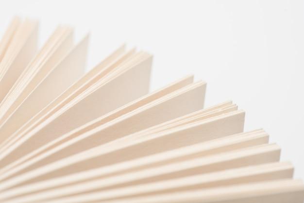 Otwórz strony książek. otwiera książkowe strony na białym tle, zakończenie.