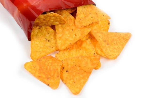 Otwórz torebkę chipsów na białej powierzchni