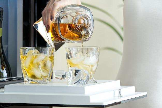Otwórz właz mini baru w nowoczesnej lodówce. domowy mini bar w lodówce.