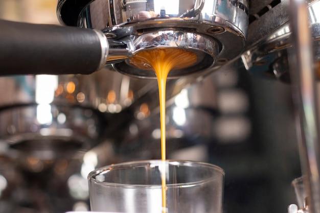 Otwórz zbliżenie uchwytu na ekspres do kawy. gotowanie expresso. kawiarnia