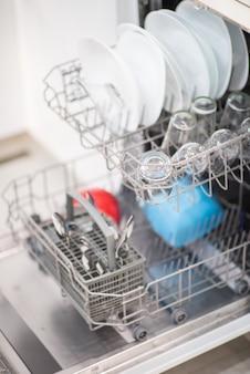 Otwórz zmywarkę z czystym szkłem i naczyniami