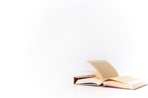 Otworzył książkę koran na białym tle