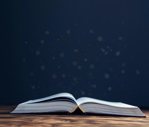 Otworzył magiczną książkę na drewnianym stole