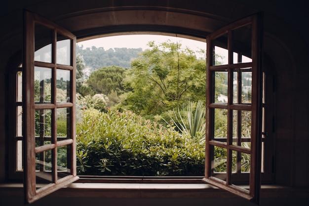 Otworzył stare okno i piękny ogród.
