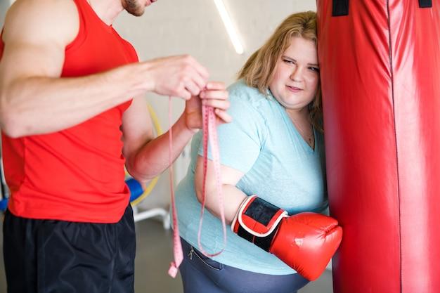 Otyła kobieta dreading po treningu pomiaru