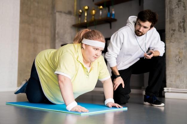 Otyła kobieta uprawia sport