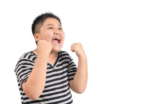 Otyły gruby chłopiec uśmiecha się i czuje się zadowolony lub zadowolony twarz na białym tle
