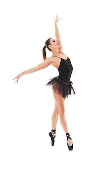 Oung piękna tancerka baliet pozowanie na studio w białym tle