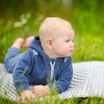 Outdoors portret mała chłopiec
