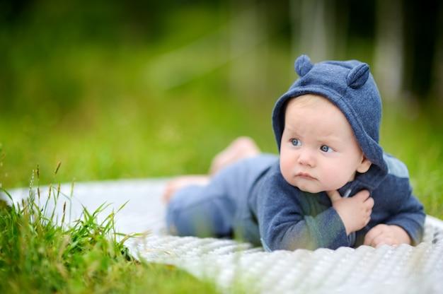 Outdoors portret słodka mała chłopiec