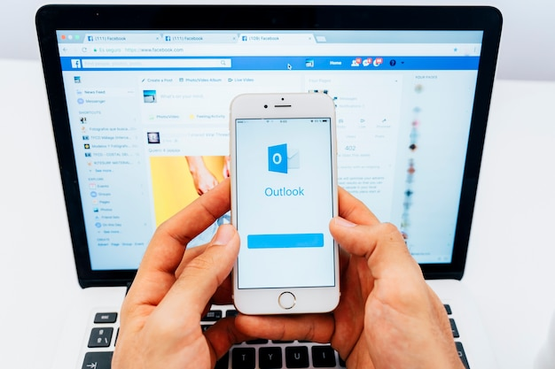 Outlook na telefon i facebook na laptopie