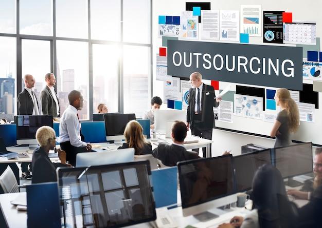 Outsourcing funkcji zadań kontrakt biznesowy koncepcja