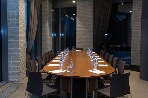 Owalny stół z bidonami
