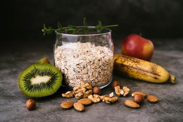 Owies i śniadanie owocowe z przodu