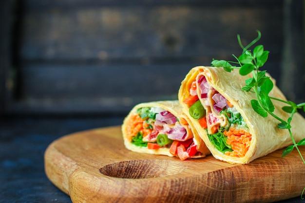 Owinąć farszem tortilla lub burrito