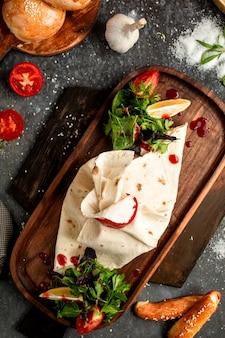 Owinięty chleb pita i plasterki cytryny z ziołami