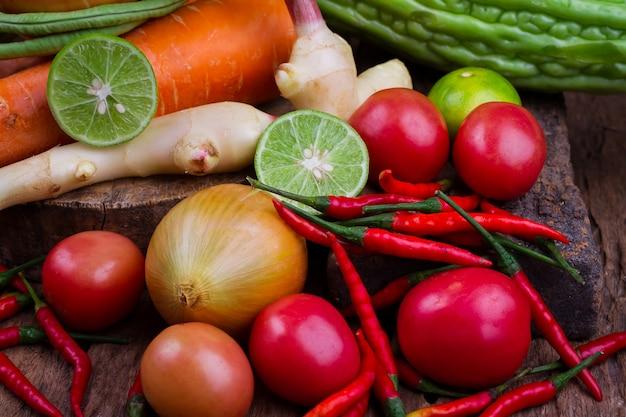 Owoc i mieszani warzywa na starym drewnianym stole