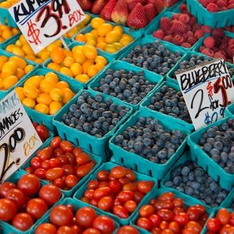 Owoc i warzywo dla sprzedaży przy targowym kramem, szczupaka miejsca rynek, seattle, stan washington, usa