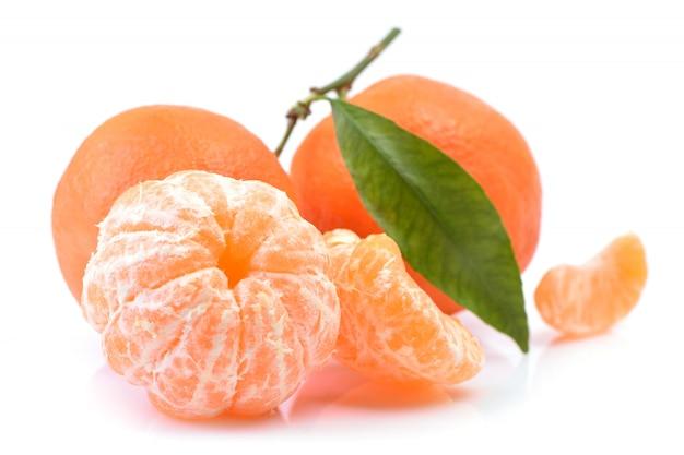 Owoc mandarynki na białym tle