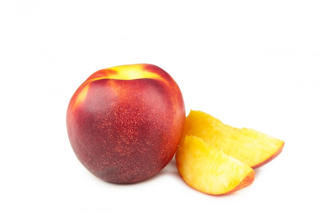 Owoc nektaryna z plasterkami odizolowywającymi na bielu