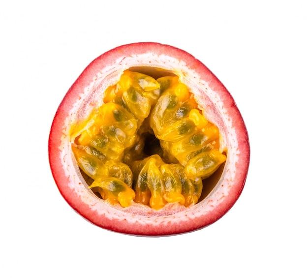 Owoc passtion na białym tle